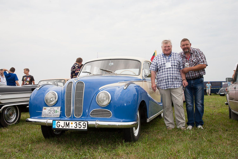 bmw-501-1955-m-pripazintas-idomiausiu-automobiliu-ir-jo-savininkas-alfredas-zigmantas-su-jurmalos-senoviniu-automobiliu-parodu-organizatoriumiu-mariu-mezapuke