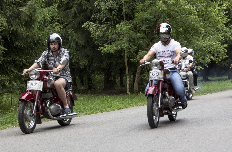dvieju-ruseliu-su-jawa-motociklais