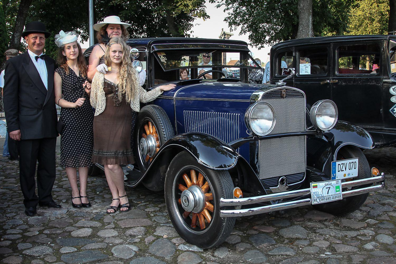 gintautas-sakalauskas-su-seima-prie-automobilio-nash-660-1931-m