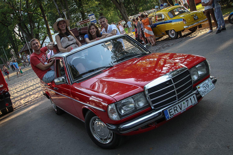 klubo-klasika-narys-justas-kantaravicius-su-draugais-mercedes-benz-w123-1982-m