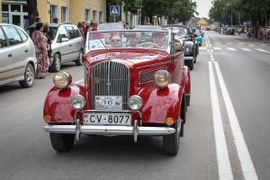 Paradas miesto gatvėmis. Opel Super, 1938 m. vairuoja svečias iš Latvijos Vladislav Saramotin