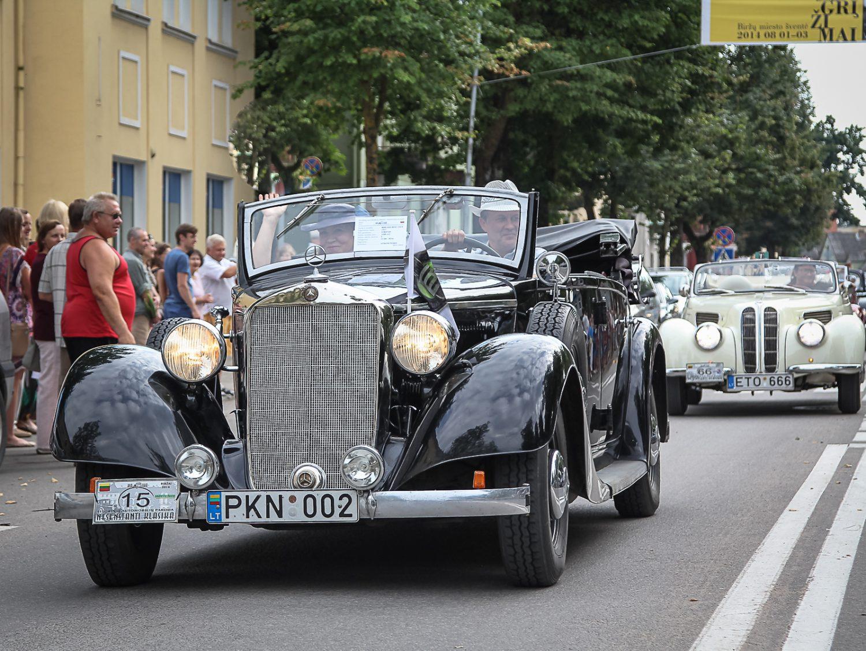 paradas-miesto-gatvemis-priekyje-mercedes-benz-320-d-1937-m-vairuojamas-lietuvos-klasikiniu-automobiliu-klubo-prezidento-gitauto-zickaus
