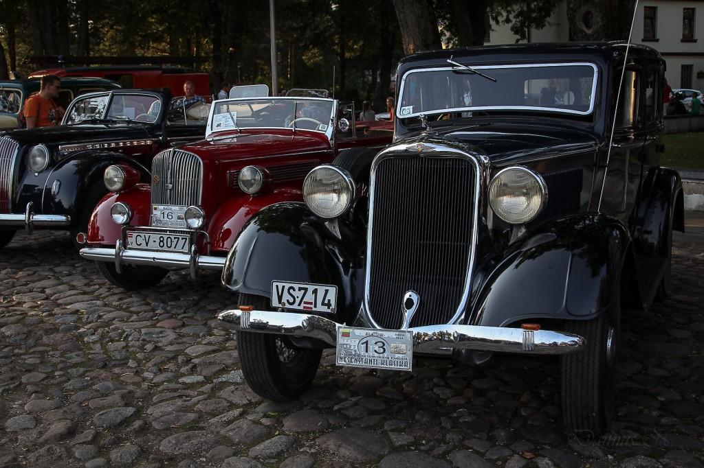 Parodoje miesto centre rikiavosi įspūdingi automobiliai