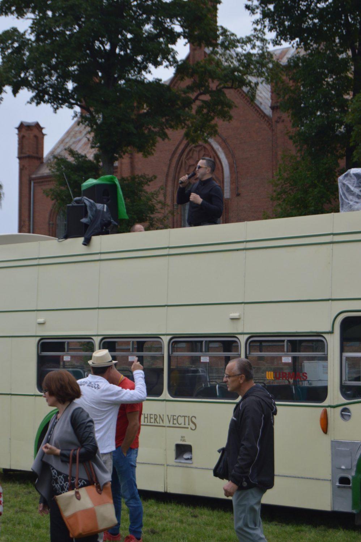 """Na, o prekybos miestelio """"Urmas"""" dviaukštis autobusas Bristol, pagamintas 1956 m., šį kartą buvo naudojamas kaip klubo """"Klasika"""" tribūna"""