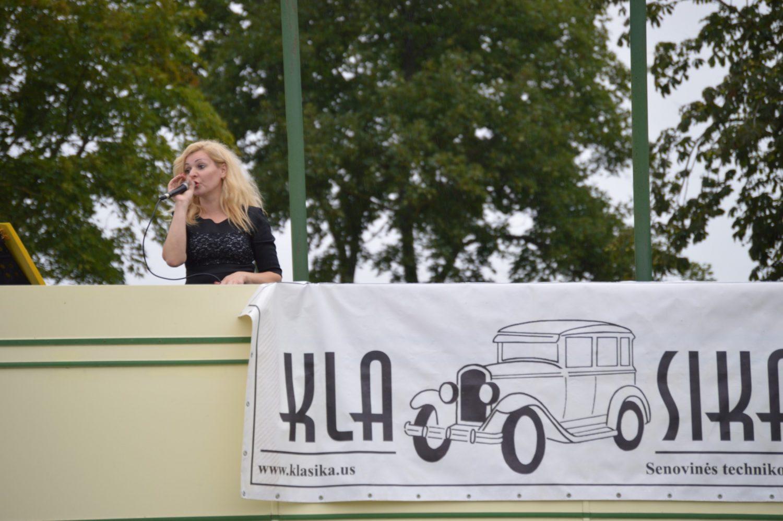 Dainuoja Jūratė Garnelienė