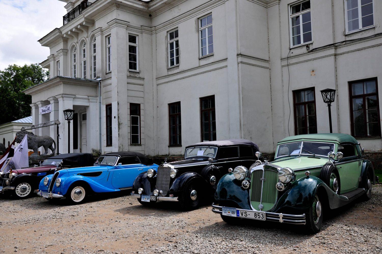 """Senovinių automobilių suvažiavimas """"Nesenstanti Klasika 2016"""" prasidėjo dalyvių registracija Astravo dvare"""