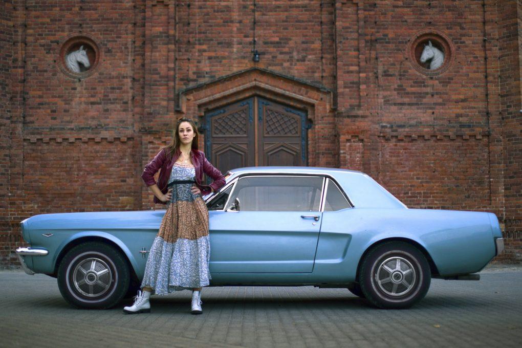 Evelina ir Ford Mustang Hardtop, 1965 m. Automobilio savininkas - Martynas Bacevičius. Manto Šimkaus nuotrauka