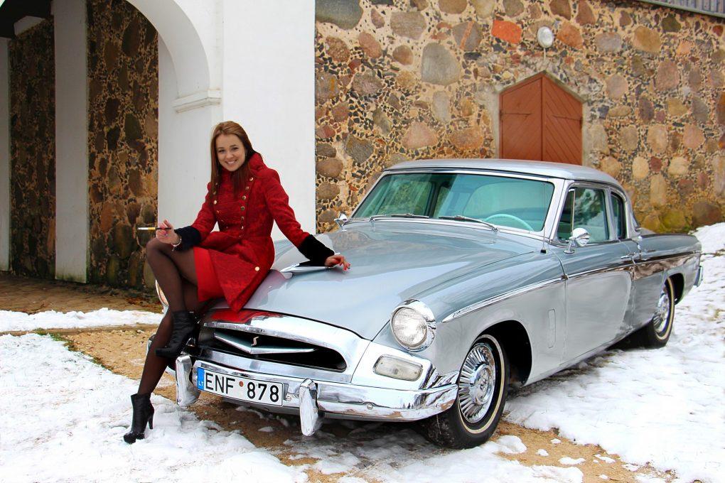 Ieva ir Studebaker Commander Regal Coupe, 1955 m. Automobilio savininkas - Gediminas Aleksandravičius. Gedimino Aleksandravičiaus nuotrauka